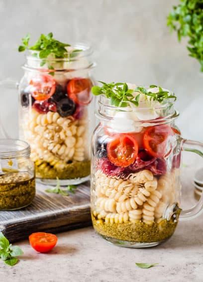Sommerlicher Nudelsalat im Glas